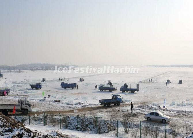 Over 700 Cars Carry Ice on the Songhua River