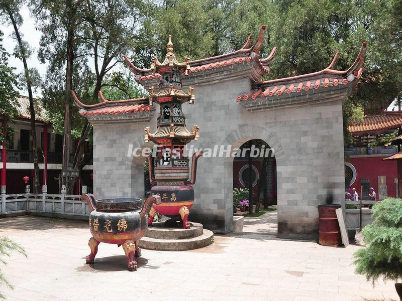 Courtyard in Kunming Qionzhu Temple