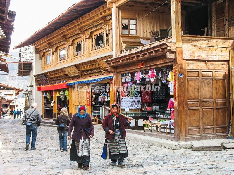 The Tibetan Women in Dukezong Ancient Town