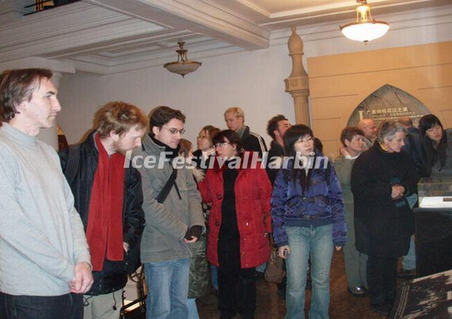 Tourists Visit Harbin Jewish New Synagogue