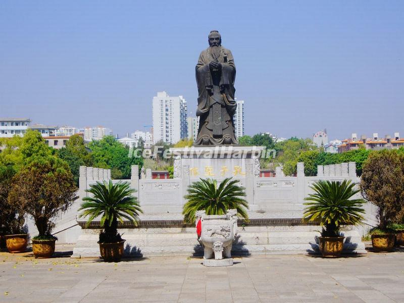 Statue of Confucius in Jianshui Temple of Confucius