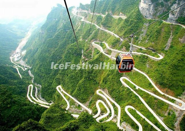 A View of  the Heaven-Linking Avenue from the Cable Car